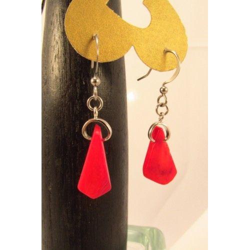 Délicates boucles d'oreilles bijoux cou de cœur composées de triangles de corail rouges. Bijoux artisanal fabriqué au Québec.