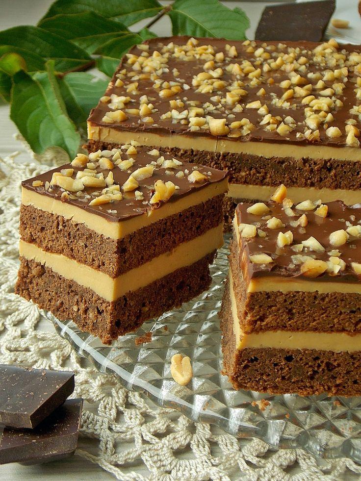 Brownie, czyli intensywnie czekoladowe i wilgotne ciasto, które przełożyłam gotowanym sernikiem. Wzbogaciłam go słodką masą krówkową, a dodatek słonego masła orzechowego jeszcze bardziej podkręcił …