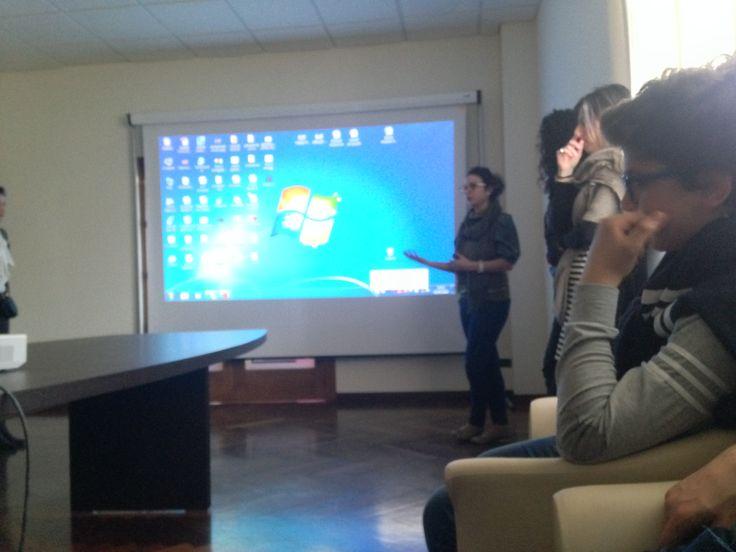 """Presentazione della Responsabile Ufficio Stampa Marika Balzano agli studenti della scuola media """"Moro-Lamanna"""" di Mesoraca nella Presidenza all'interno della sede di Esperia Tv."""