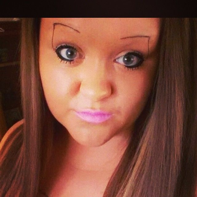 Was havin a bad eyebrow day till i saw this!! @makeupby_alo loll how funny is this? Lolll #dead #eyebrowfails #eyebrowfail #badeyebrows #thinbrows #thineyebrows #wrong #ifeelbetter
