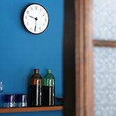 アルネ・ヤコブセンデザイン、ローゼンダール社製、デンマークの鉄道駅で使用された壁掛け時計です。 アラビア数字を用いた高い視認性、シンプルなフォルム。70年以上前のデザインですが、古さを全く感じません。 画像で使用している直径21cm以外にも、16cmと29cmがありますので、お部屋の広さや天井の高さなどに合わせて選べます。