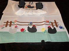 kit contendo um pano de prato em tecido de sacaria e 1 bate mão modelo vestidinho, com aplicação do tema galinha. Bordado à máquina. Temos outros modelos. Não temos pronta entrega Prazo encomenda: 20 dias R$ 34,00