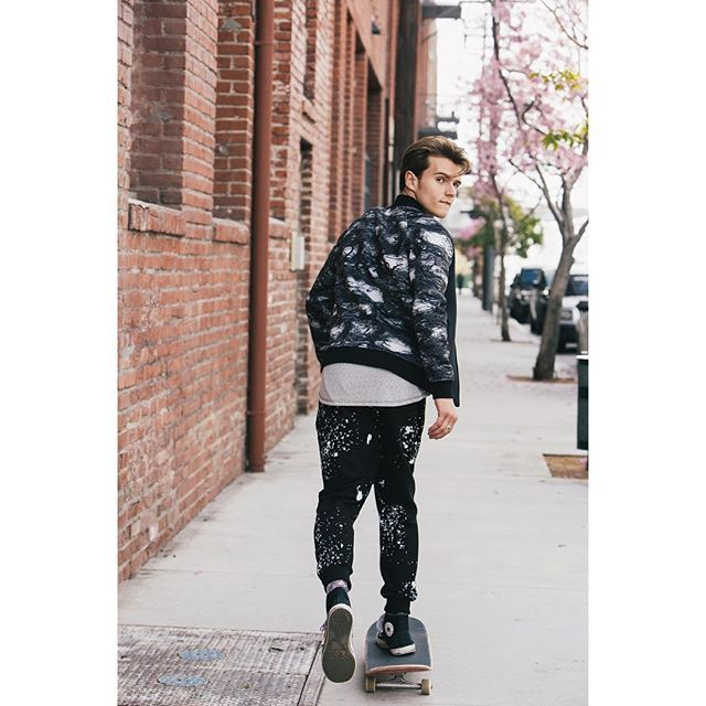🌅back #stonefeather #rebirthofwild #ny #black #city #newyork #streetwear #streetfashion #streetbrand #nature #sweatshirt #wiw #wiwt #LA #skate #skateboard #yellow #joggerpants #pinememories #white