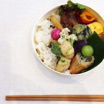 メロンのお漬物や赤い大根、色合いも日本人が落ち着くお弁当。
