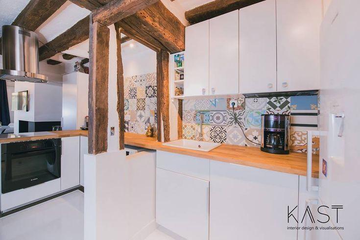 Деревянные балки и кафельная плитка задают настроение на этой кухне.  (квартиры,апартаменты,мебель,интерьер,дизайн интерьера,эклектика,смешение стилей,средиземноморский,средиземноморский интерьер,средиземноморский дом,средиземноморский стиль,индустриальный,лофт,винтаж,стиль лофт,индустриальный стиль,1950-70е,середина 20-го века,медисенчери,медисенчери модерн,кухня,дизайн кухни,интерьер кухни,кухонная мебель,мебель для кухни) .