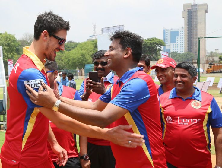 Suresh Vaidyanathan from Huawei thanks Mitchell Starc for his wonderful coaching session prior to the match.