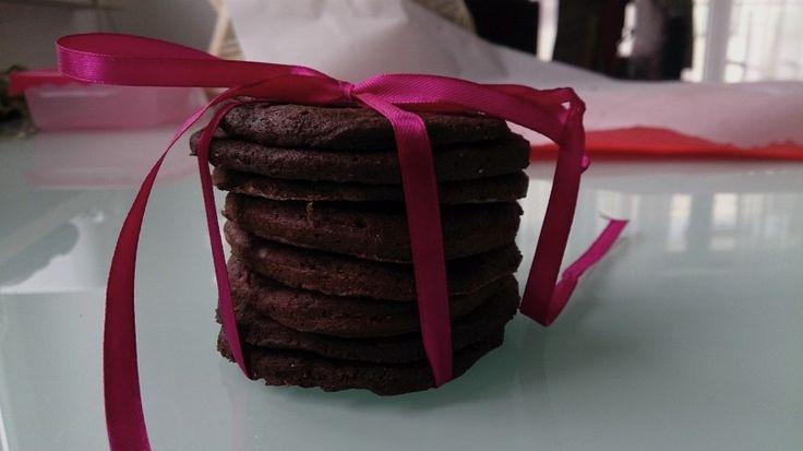 Kruche czekoladowe ciastka, bezglutenowe, bez cukru. Do tego gotowe w 30 minut!