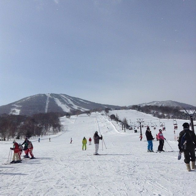 ここまで広かったらスキースノボー始めてでも怖くないですね 頂上からも初心者コースあって一番したまで何と5000m!  わずらわしいリフトの登りおりが減るから嬉しいですね  雪質パウダースノー雪だるまができないやつです最高 #日本 #岩手 #安比 #スキー場 #スノボー #絶景 #観光 #旅行 #cocoacana #ここあかな  http://cocoacana.com