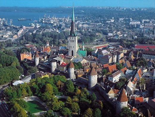 Aloitussivu - Hotelli L'Ermitage on aivan Tallinnan sydämessä, vanhaan kaupunkiin on vain viiden minuutin kävelymatka, kaupungin nykyaikaisen liiketoimintakeskuksen pilvenpiirtäjät näkyvät hotellin ikkunoista.