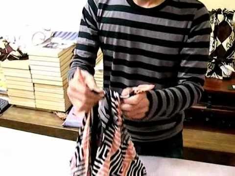 Mochila 1 (Presentación de la Fundación Japón en México en la FES Aragón para el concurso de Diseño de Furoshiki) Este video nos enseña cómo hacer una mochil...