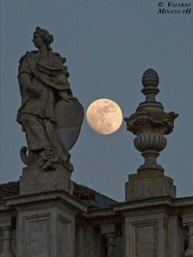 particolare Palazzo Madama con luna