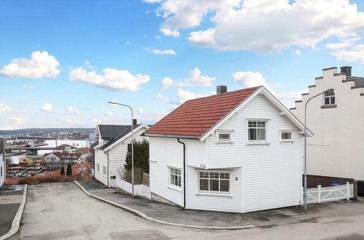 (2) FINN – St. Hansfjellet: Sentralt beliggende enebolig med egen hage og fin utsikt utover Kråkerøy/Onsøylandet og elven.