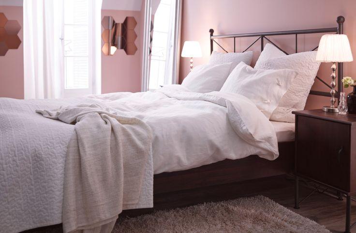 la m me chambre mais avec des rideaux un tapis des abat. Black Bedroom Furniture Sets. Home Design Ideas