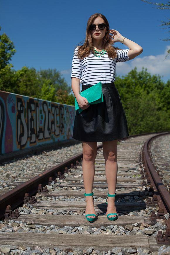 25 Kleidungsstücke – 50 Looks: Outfit 5 – Tom Tailor Streifenshirt + Hallhuber Kunstlederrock