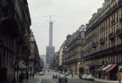 Construction de la tour Montparnasse, vue de la rue de Rennes. Paris (VIème et XVème arr.), avril 1972. Photographie de Gösta Wilander (1896-1982). Paris, musée Carnavalet.