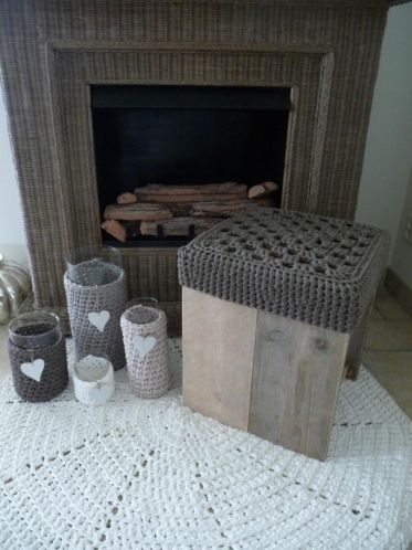 Steigerhouten bijzettafel / kruk met gehaakt taupe dekje.