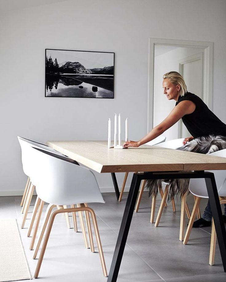 Tilfredse kunder er det bedste vi ved! 🍀 Det stilrene og minimalistiske plankebord passer perfekt ind i dette moderne hjem!  Foto : @miamortensenphotography for @houzzdk  _______________________ #Plankebord #TheGoodWood #Spisebord #Køkken #Bolig #BoligIndretning #Bord #Egetræ #Oak #DanishDesign #NordicDesign #ScandinavianDesign #Minimalism #InteriorDesign #HomeDecor #NordicInspiration #ScandinavianInterior #Home #Decorate #BoBedre #NewNordic #Livingroom #Kitchen #Houzz
