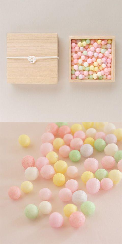 【桐箱入りおいり(中川政七商店)】/おいりとは、香川県に伝わるお嫁入りのお菓子です。 餅米を使ったまんまるのおいりは、ふんわりほのかな甘味です。桐箱には、水引き(白のあわじ結び)がかかっています。 #package #weddinggift #gifts