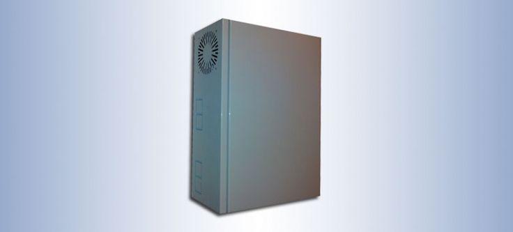 """Armario de de distribución de red   Racks verticales para distribución de redes: Puerta metálica con cierre con 2 llaves en lateral - Puerta sin bisagras - Cuenta con entrada de cables en el lateral - 2 montantes de 19"""" para 3U - 1 Ventilador en el lateral - 1 Bandeja de fijación frontal de 1U - Cuatro puntos para la fijación a la pared - Opcional soporte para switch en sustitución de montantes - Acabado en pintura polvo al horno en color blanco RAL-9003  Contacto 948 34 64 86"""