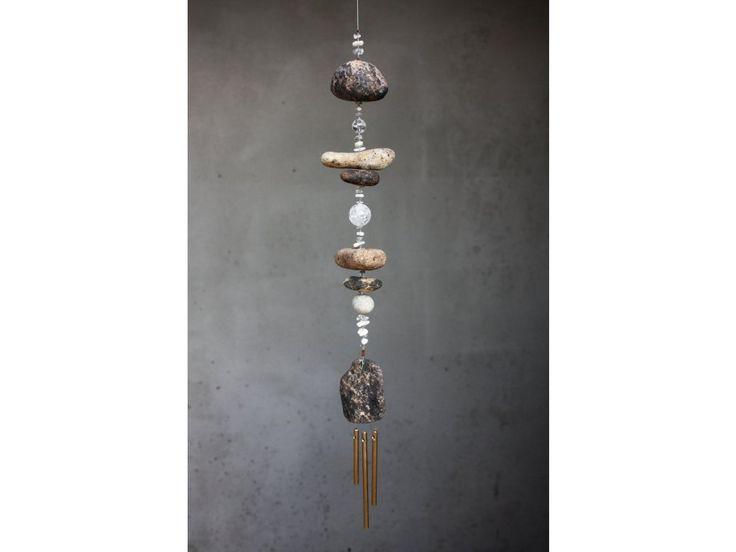 Zvonkohra s říčním kamenem, perletí a křišťálem