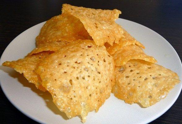 Фото к рецепту: Простые сырные чипсы