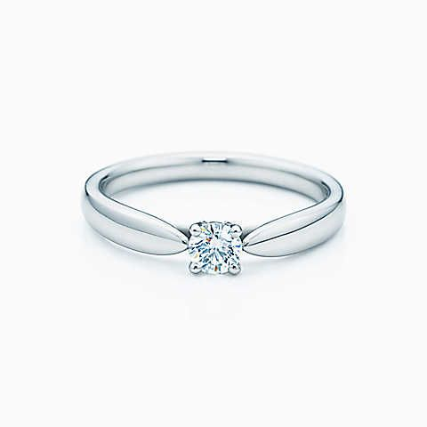 Anel Tiffany Harmony™ em platina com um diamante com lapidação brilhante.