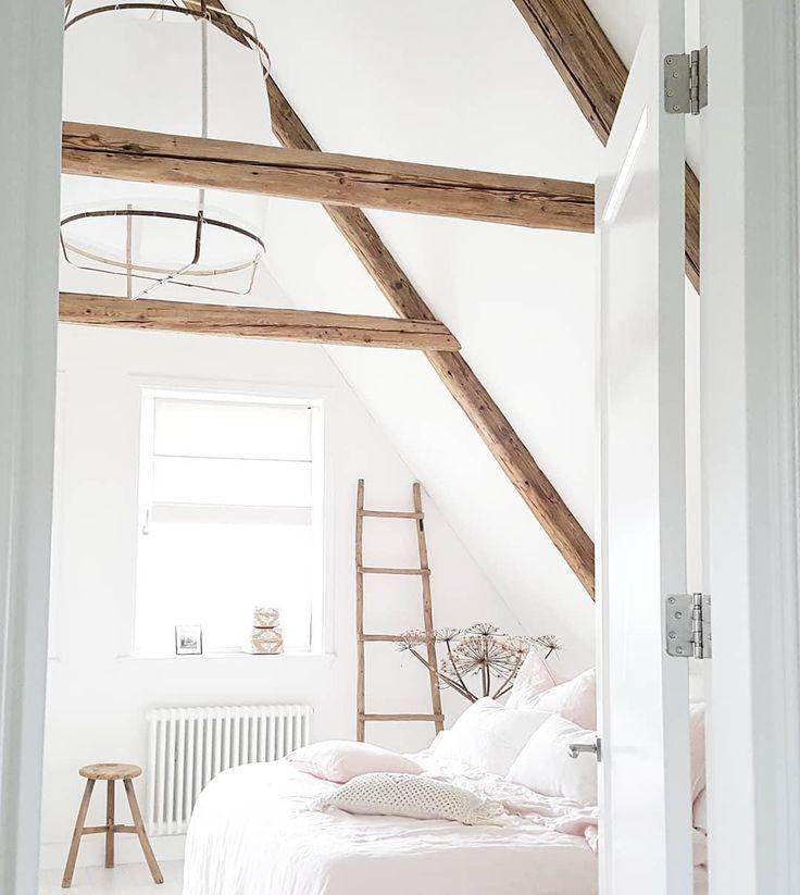 DachgeschossSchlafzimmer mit DekoLeiter Schöne
