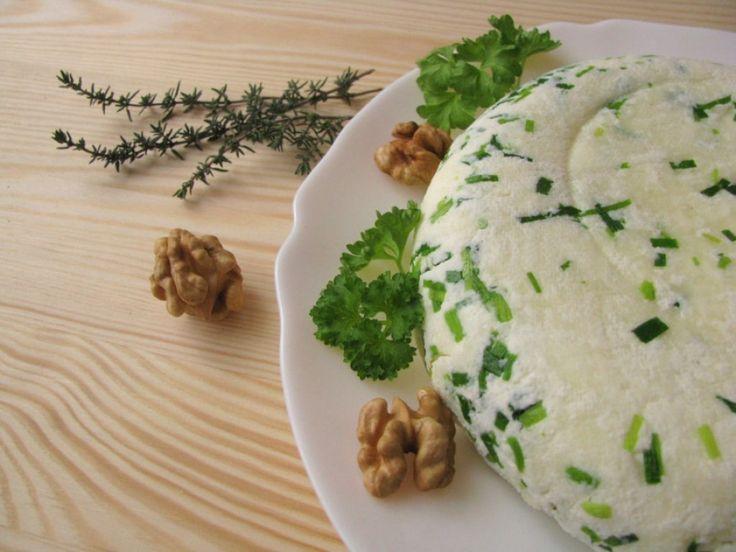 Házi sajtot készítettünk a kert zöldfűszereivel | Hobbikert.hu