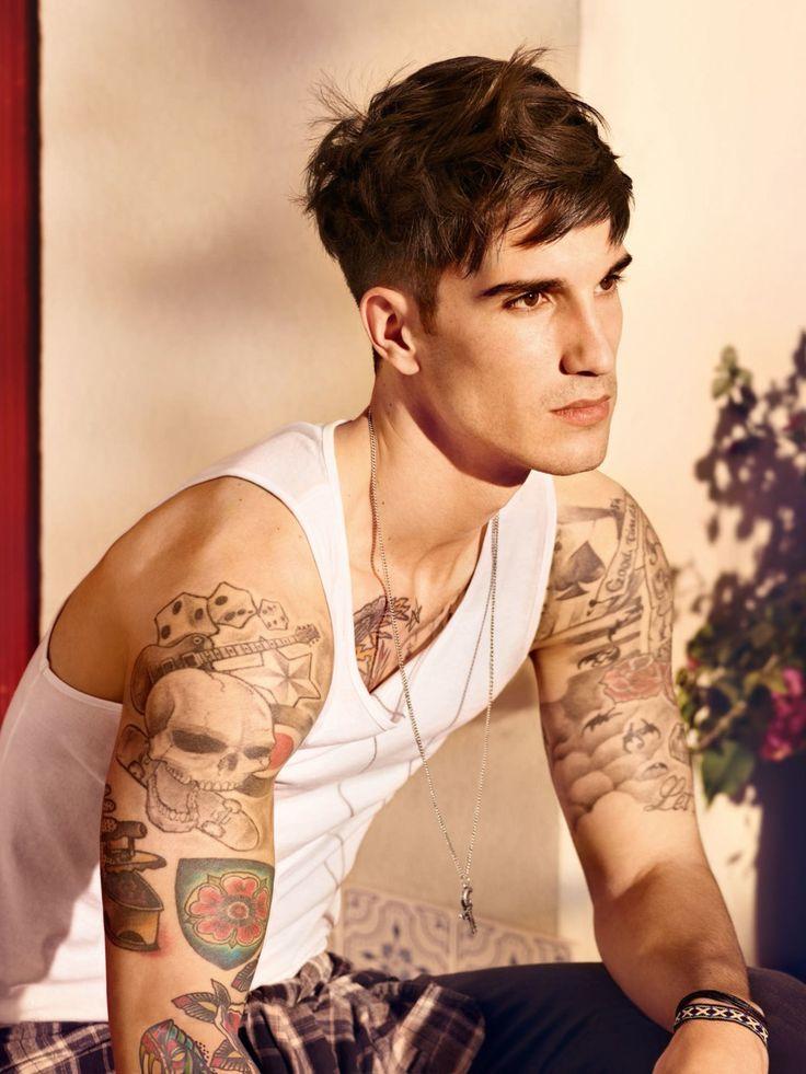 Immer noch angesagt ist der Out of Bed Look. Diese stylische Trendfrisur für den Mann lässt sich ganz einfach mit etwas Wachs nachstylen.Seht hier noch mehr Tattoo-Models