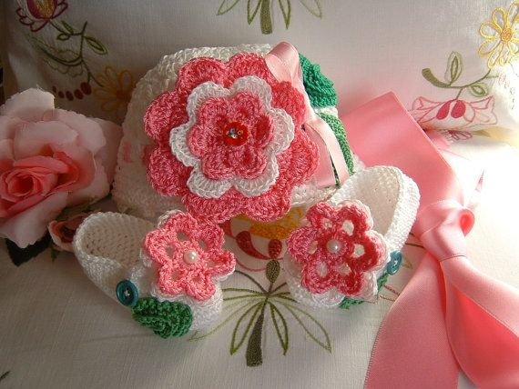 Crocheted hat and handmade shoes in white cotton with pink