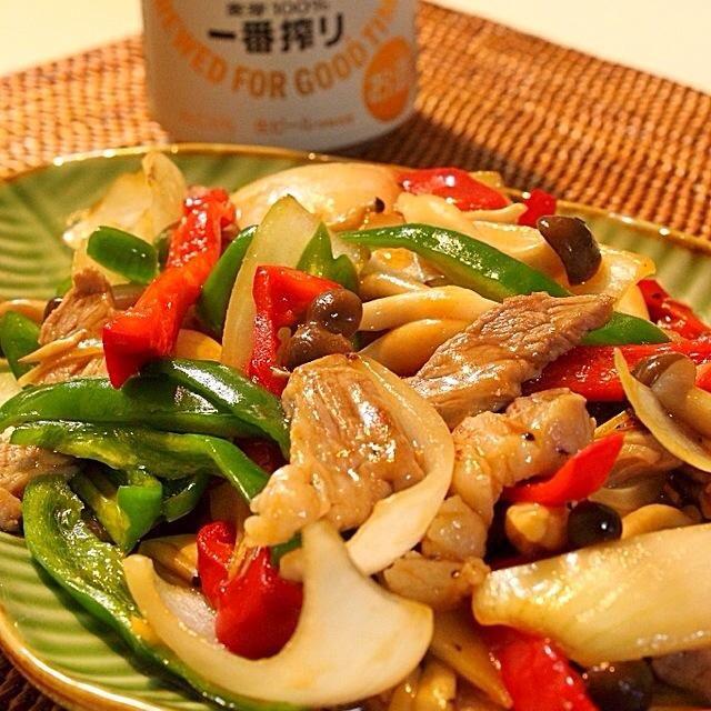 先日、ランチで食べた中華料理を再現してみた。 チンジャオロースっぽい感じです。  ピーマンと玉ねぎがシャキシャキしててうまかったわ〜。 - 263件のもぐもぐ - 豚肉とシャキシャキ野菜の炒め物 by Hajime