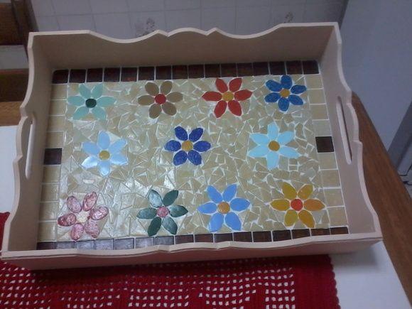 Bandejas em MDF retangulares, pintadas externamente e trabalhadas em mosaico internamente.  Vários padrões.  Poderá haver diferenças nos modelos e tamanhos.