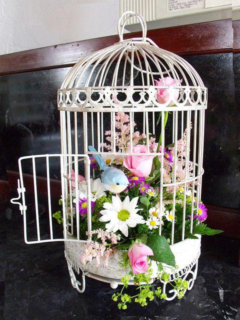 Decoración recomendada pata nuestras foolowers amantes de #Bodas #DIY birdcage arrangement by bloomsdayflowers Que os parece? :)