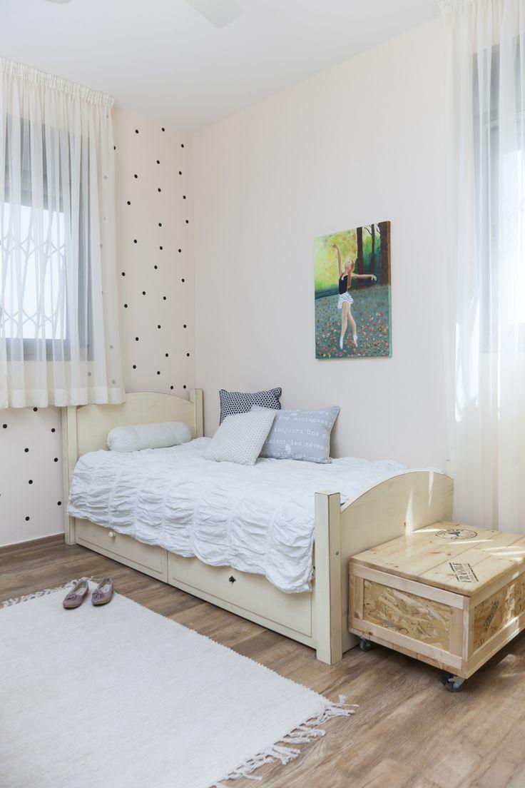 חדר שינה נערה. מדבקות קיר עיגולים שחורים teenage girl bedroom