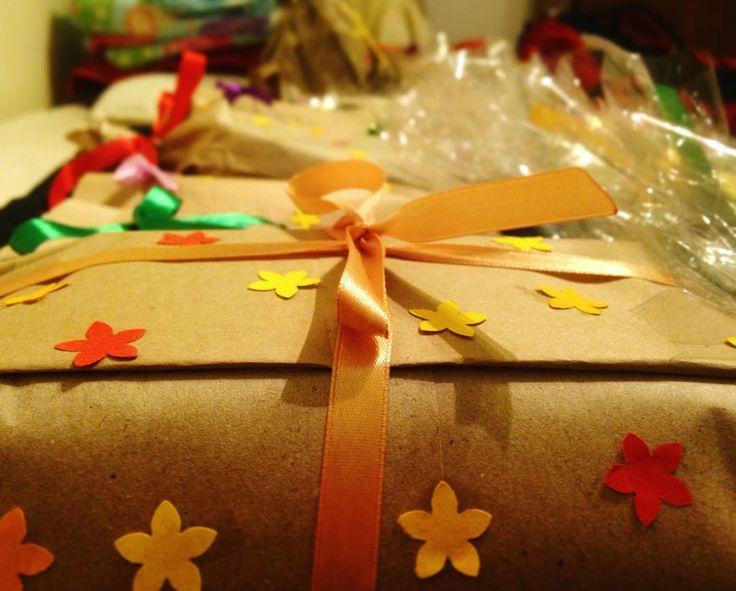 #klubkotemernestiha #klubkoodpociva #giftfactory #christmasgift #gift #christmas #giftfactory #wrapping Druhá edice je a'lá M.M. Protože Míša je další velká inspirace! A došel průhledný celofán!🎁🛍🎊🎉🎈#colours #teaparty
