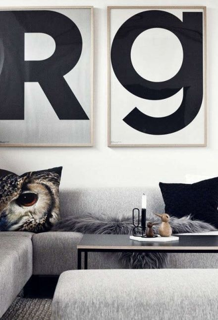 Grijstinten woonkamer met uil kussen van By Nord.