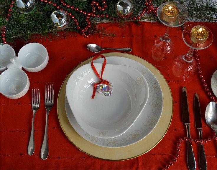 Idee classiche e preziose per la tavola natalizia della tradizione  Collezione Charleston: piatto piano falda in porcellana cm 26 e  piatto fondo in porcellana  + segnaposto in porcellana Impero, decoro nuvolato ocra con bordo oro   www.ancap.it