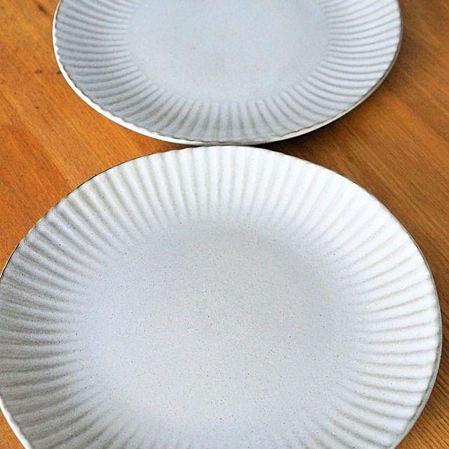何度も店舗で見て、やっぱり欲しいっと購入したニトリの大皿プレート 大きめのサイズなので、大勢のお客さんの大皿盛りにも、ワンプレートに使っても抜群の使い易さ!! 風合いが和っぽさがあって、ほんのりグレーの落ち着いたお皿は中に盛り付けるお料理を引き立ててくれる感がお勧めポイントです。 早速休日の朝食に使ってみたのでそちらも、何かご参考になると嬉しいです♪ 価格は税別表示になっています。2017年8月現在消費税込みで498円となっています。 色: グレー サイズ(約): 巾27×奥行27×高さ2.6cm 主な素材: ストーンウエア 重量: 約760g