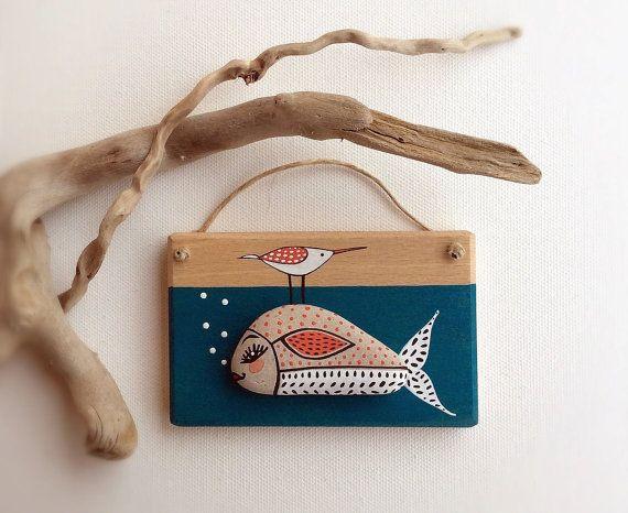 Pesce in mare - decorazione da parete in legno con pietra dipinta. Articolo per la casa carino e divertente  Una mano finale di vernice protegge il