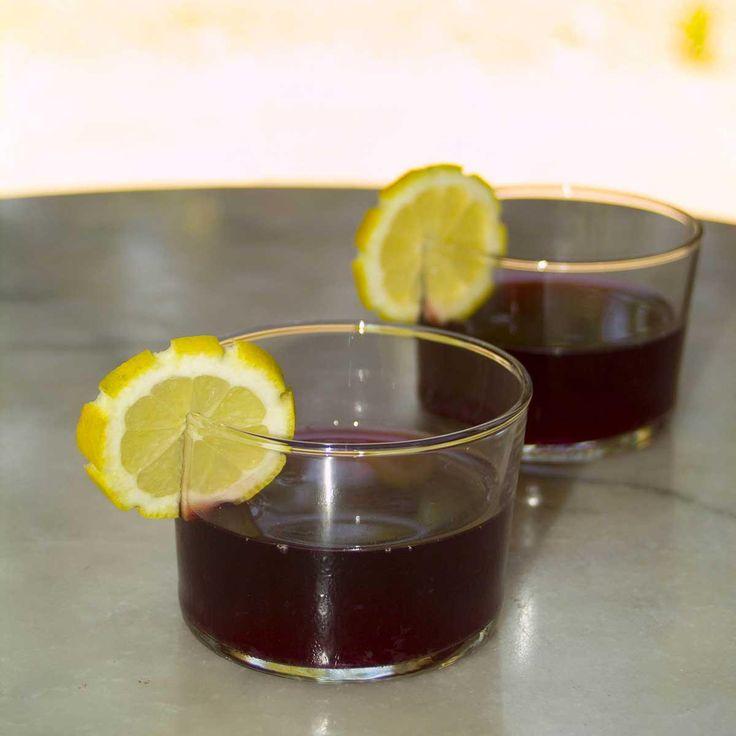Dans une grande jatte, versez le vin rouge ordinaire. (ex : Côte du Rhône) Ajoutez l'eau gazeuse (peu salée), puis le jus d'orange frais et le jus de citron frais. Si vous ne disposez pas d'oranges non traitées, brossez les oranges longuement sous l'eau très chaude avant de découper des tranches épaisses (1,5cm environ)que vous ajoutez à la préparation. Ajoutez enfin le zeste de citrons, le sucre brun (cassonade), clou de girofle et bâton de cannelle. Mélangez bien l...