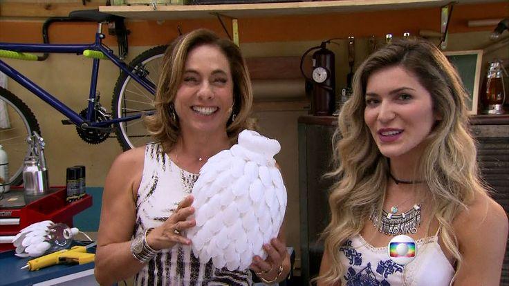 É de Casa | Blogueira ensina a fazer lustre de garrafa pet e colherzinha de plástico | Globo Play