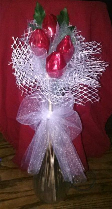 Hershey kiss rose favor arrangement See more diy wedding favors at wwwonestoppartyideas