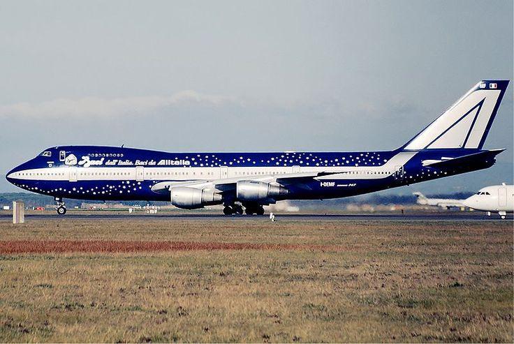 """Il Boeing 747 in livrea Baci Perugina -  tra il 1997 e il 1999 - sulla fiancata era scritto: """"Baci dall'Italia. Baci da Alitalia""""."""