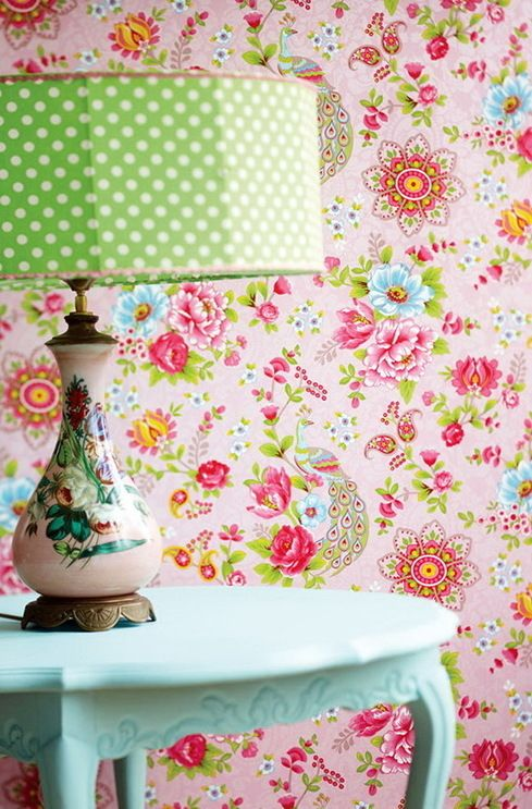 The+bright+wallpaper+with+big+flowers+in+interior