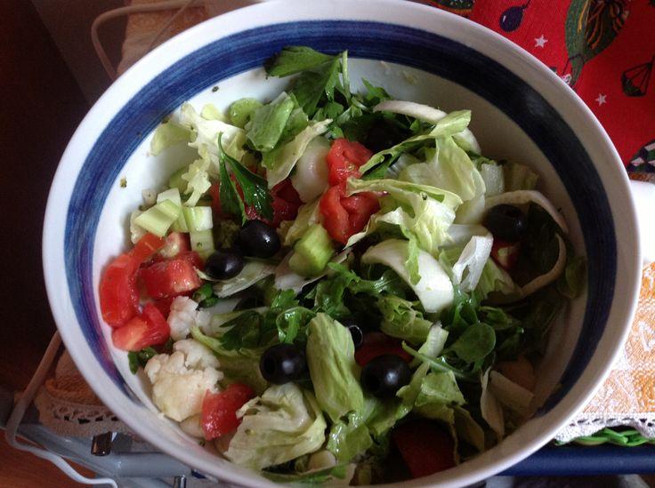 Insalata alcalina: finocchio, olive nere, pomodoro cuore di bue, prezzemolo, sedano, broccolo, cavolfiore, rucola, cicoria, condita da succo di limone e olio di semi di vinacciolo.