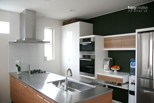 前回に引き続きキッチンリニューアル -タイル編- です。-キッチン裏 壁編- はこちら。7年前、家を建て始めてからもここのタイルはなかなか決まらず。。で、「マットホワイトなら何でも良いです。」っと人任せにしてしまった私。そのまま