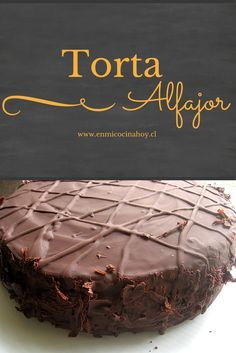 Una deliciosa torta de alfajor de chocolate con masa húmeda y suave, rellena con manjar y cubierta con chocolate. Perfección.