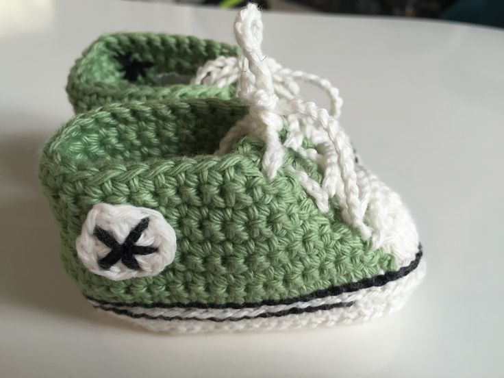 Baby converse. Free crochet pattern by Suzanne Rasaul.