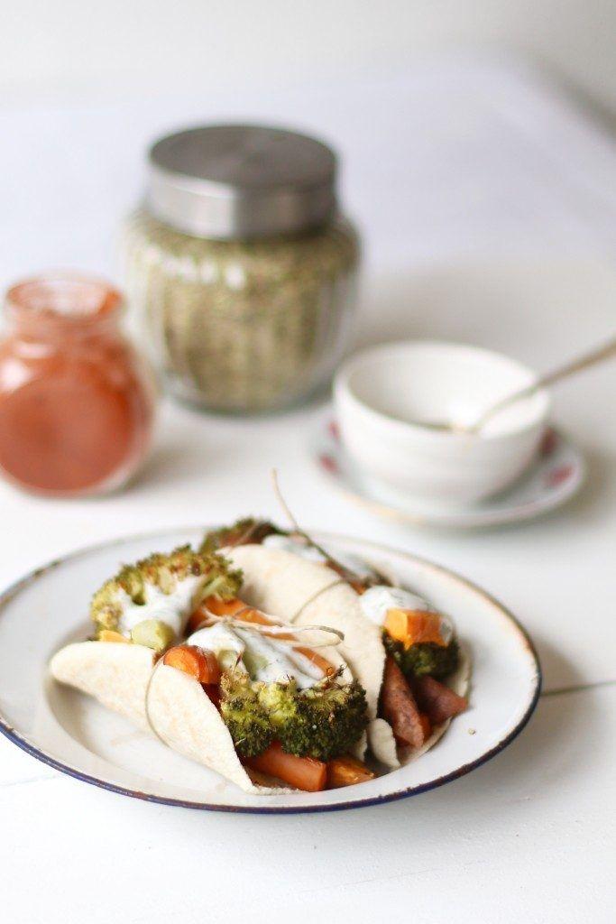 Vegetarische pita's met knoflooksaus, Gezonde broodjes bakken, Gezonde pita broodjes, Glutenvrije pita broodjes, Gezonde foodblogs, Glutenvrije foodblogs, Gezond en lekkere recepten avondeten, Recepten met groenten