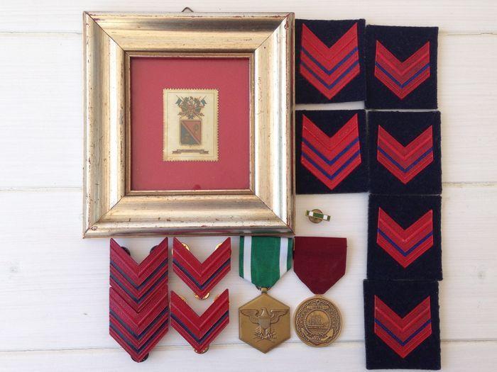 N  2 medailles uit de VS - N  4 militaire rangen van de luchtmacht - 1 pin - 6 leerjaar van de Marine - 1 frame  -Prachtige 2 Messing medailles van de Verenigde Staten van Amerika en 6 militaire rangen 1 pin en 1 frame.-1) de Army Commendation Medal is toegekend aan een lid van de strijdkrachten van de Verenigde Staten dan generaal officieren die terwijl die in welke hoedanigheid dan ook met de u. s. leger na 6 December 1941 zich door de heldenmoed verdienstelijke prestatie of…